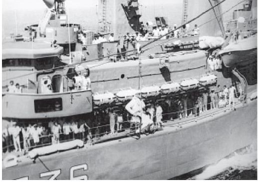 Prime Minister Desai, centre, in jackstay on Frigate F36, ready to return to INS Shakti. February 1979