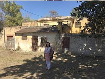 Sarab Kaur in front of the he railway house in Lahore, where her father family lived in pre-Partition time. 2016.